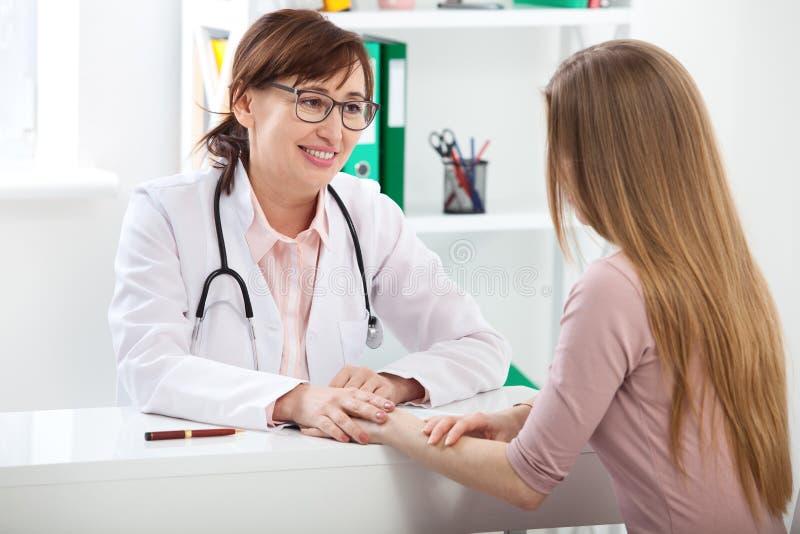 Docteur expliquant le diagnostic à son patient féminin image libre de droits