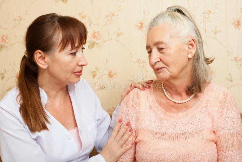 Docteur expliquant le diagnostic à son patient féminin photographie stock libre de droits