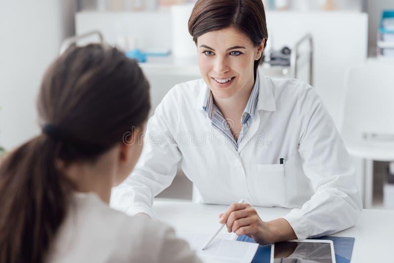 Docteur expliquant le diagnostic au patient photographie stock