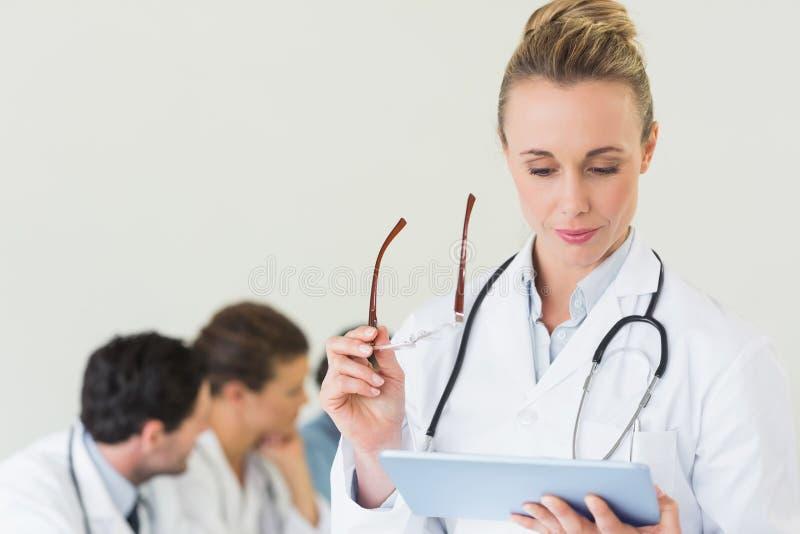 Docteur féminin à l'aide du comprimé numérique images stock