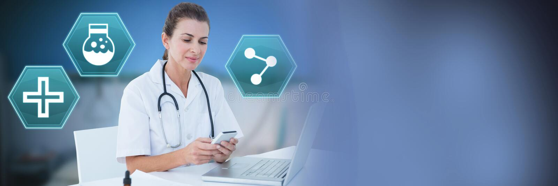 Docteur féminin à l'aide du téléphone avec les icônes médicales d'hexagone d'interface photos stock