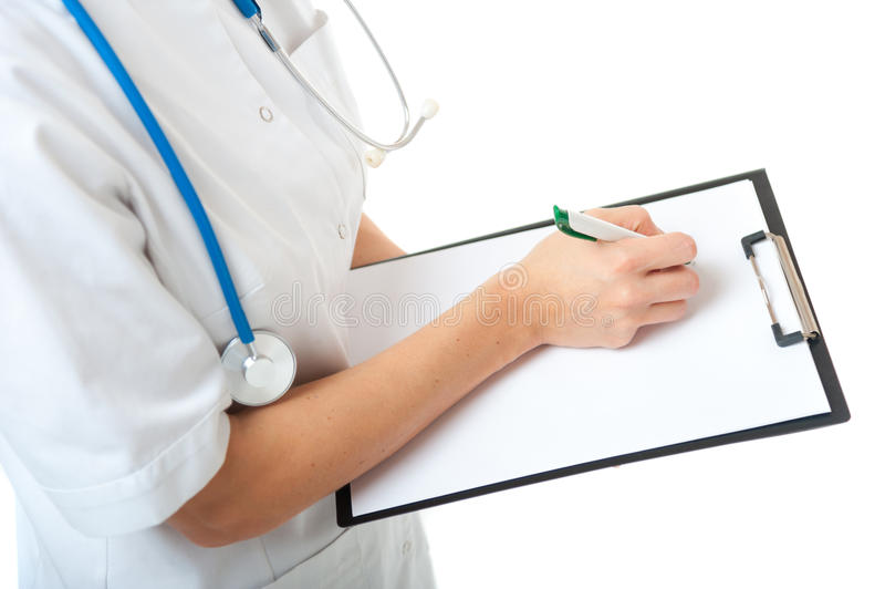Docteur féminin avec l'écriture de stéthoscope sur le presse-papiers vide image stock