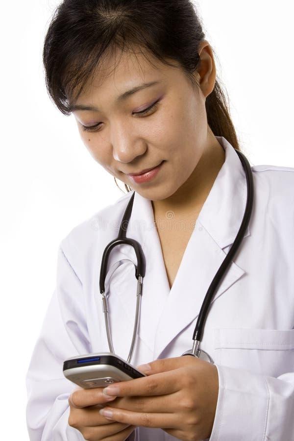 Docteur féminin avec le téléphone portable image stock