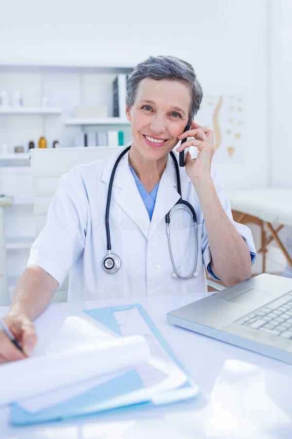 Download Docteur Féminin Ayant Un Appel Téléphonique Image stock - Image du ordinateur, appel: 56484021