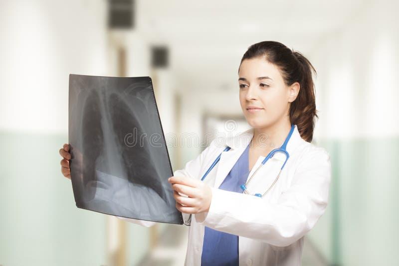 Docteur féminin caucasien regardant une radiographie photos libres de droits