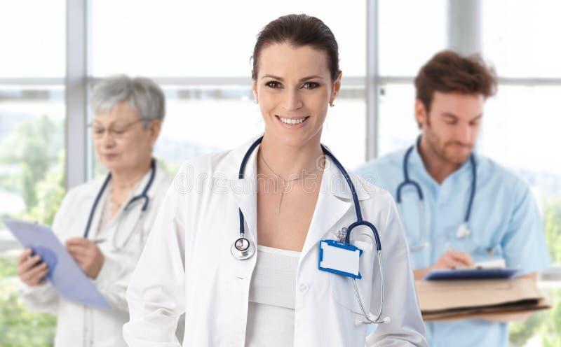 Docteur féminin d'équipe médicale dans l'avant image libre de droits