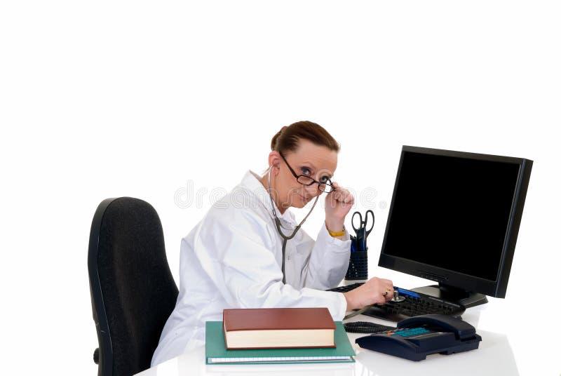 Docteur féminin dans le bureau image stock