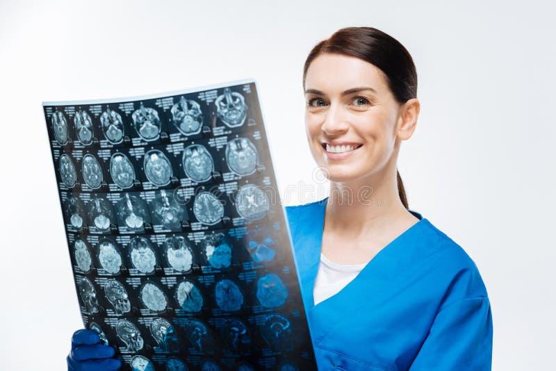 Docteur féminin de brune employant le balayage de cerveau photos stock