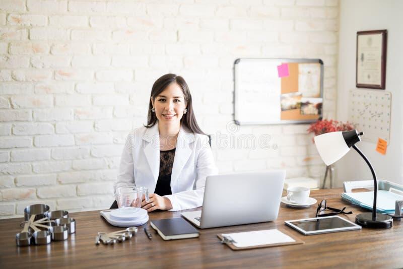 Docteur féminin de nutritionniste photographie stock