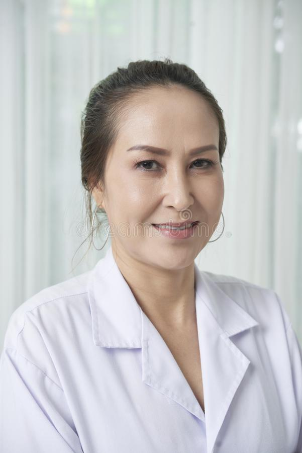 Docteur féminin de sourire images libres de droits
