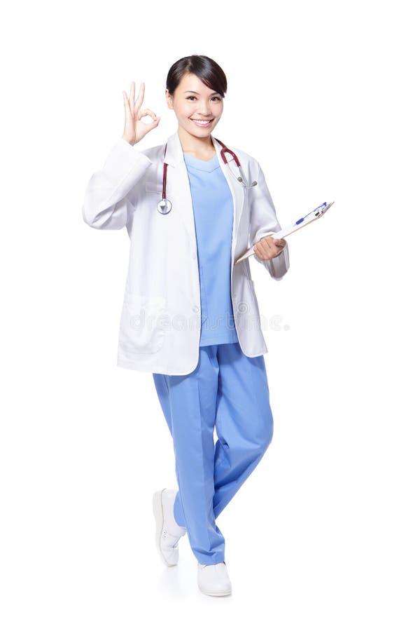 Docteur féminin de sourire avec le geste en bon état photos libres de droits