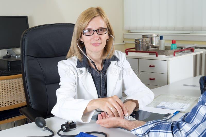 Docteur féminin de sourire With Stethoscope Looking à l'appareil-photo images libres de droits