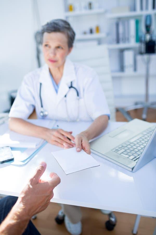 Download Docteur Féminin Donnant La Prescription à Son Patient Image stock - Image du jour, couche: 56484077