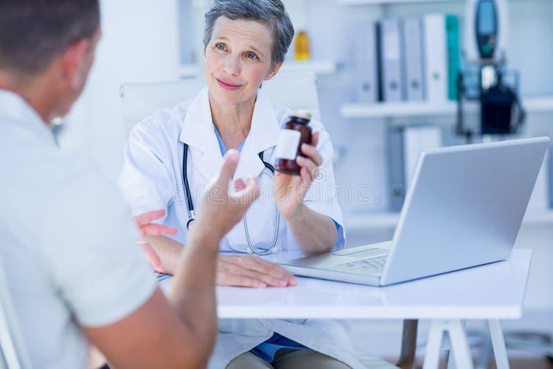 Download Docteur Féminin Donnant Une Boîte De Pilules à Son Patient Image stock - Image du indoors, santé: 56483095