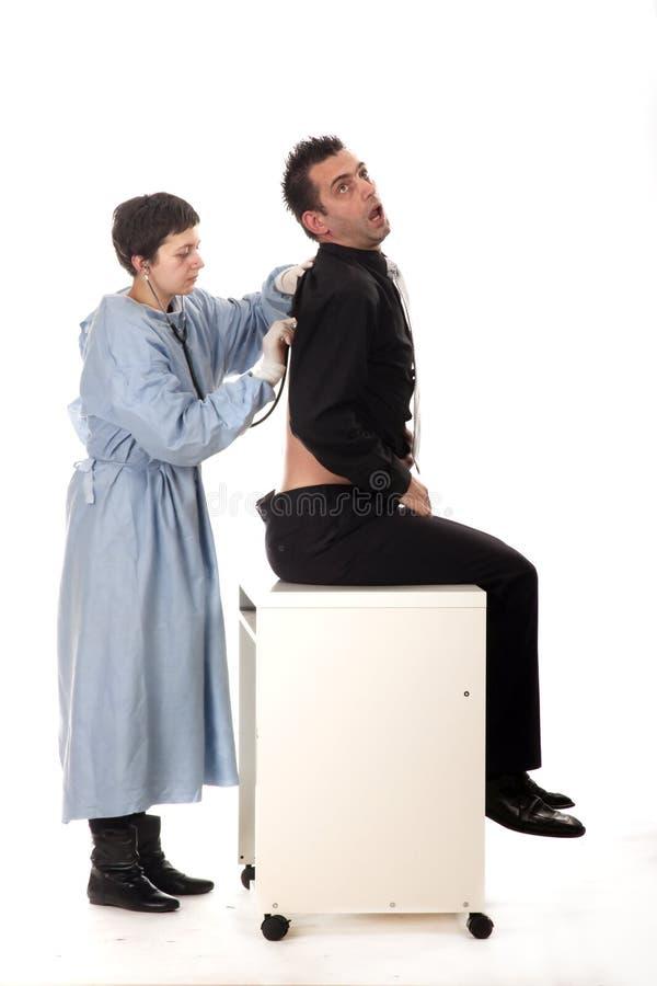 Docteur féminin examinant le patient effrayé images libres de droits