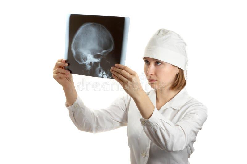 Docteur féminin examing un rayon X images libres de droits
