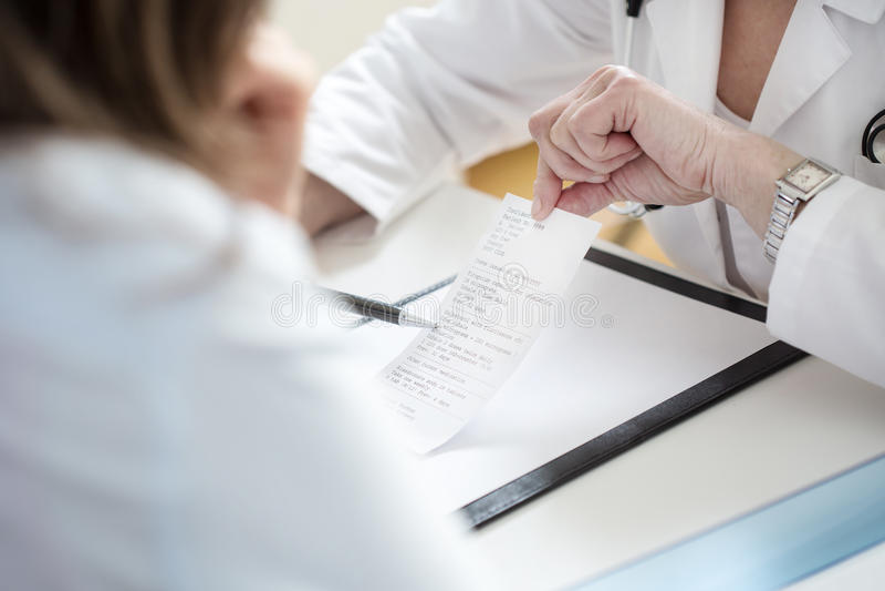 Docteur féminin expliquant la prescription photos stock
