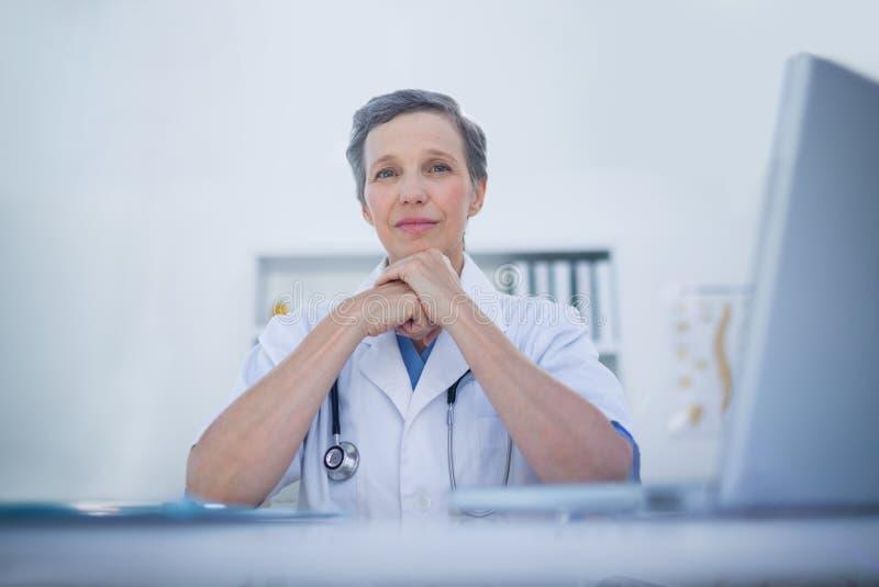 Download Docteur Féminin Heureux Regardant L'appareil-photo Image stock - Image du inspection, spécialiste: 56483985