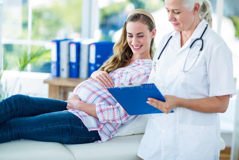 Download Docteur Féminin Parlant à Une Femme Enceinte Photo stock - Image du hôpital, mignon: 56482402