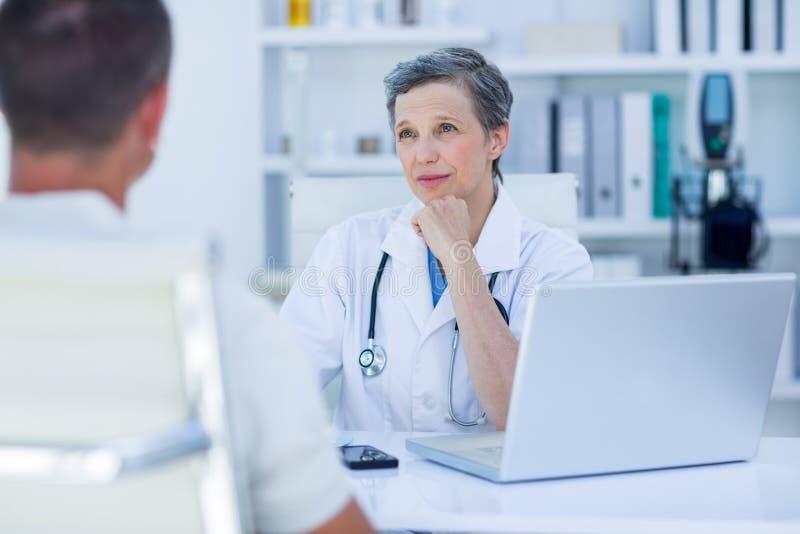 Download Docteur Féminin Parlant Avec Son Patient Photo stock - Image du bureau, séance: 56484336