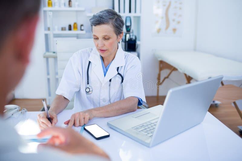 Download Docteur Féminin Parlant Avec Son Patient Photo stock - Image du caucasien, homme: 56484386