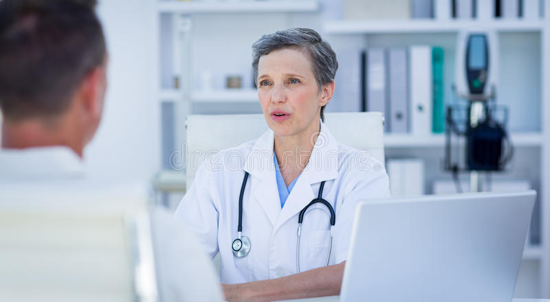 Download Docteur Féminin Parlant Avec Son Patient Photo stock - Image du indoors, hôpital: 56484782