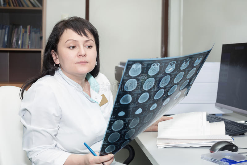 Docteur féminin résultats de examen d'un scanner de CT photographie stock