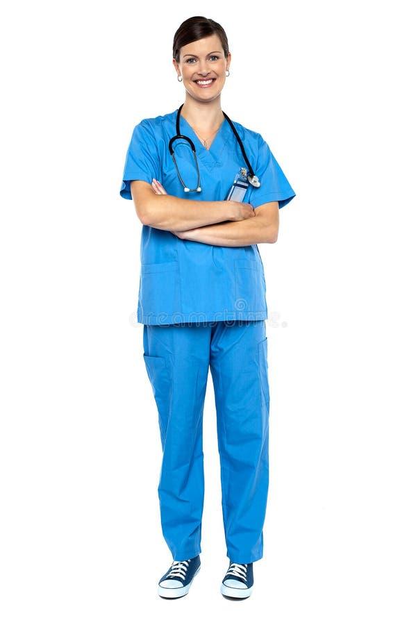 Docteur féminin semblant intelligent, bras pliés photo libre de droits