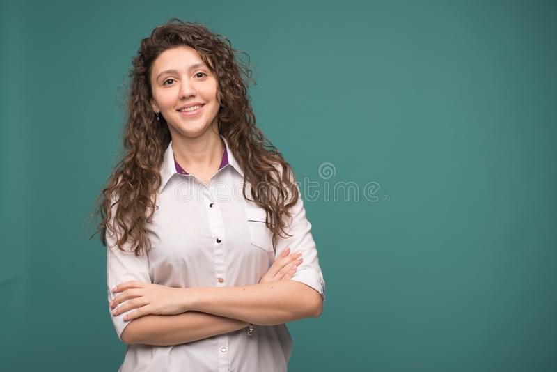 Docteur féminin smilling sur le fond vert Copiez l'espace Helthcare et concept de m?decine photos libres de droits