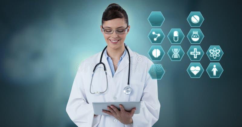 Docteur féminin tenant le comprimé avec les icônes médicales d'hexagone d'interface photographie stock
