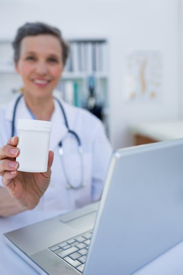 Download Docteur Féminin Tenant Une Boîte De Pilules Photo stock - Image du docteur, antibiotique: 56484204