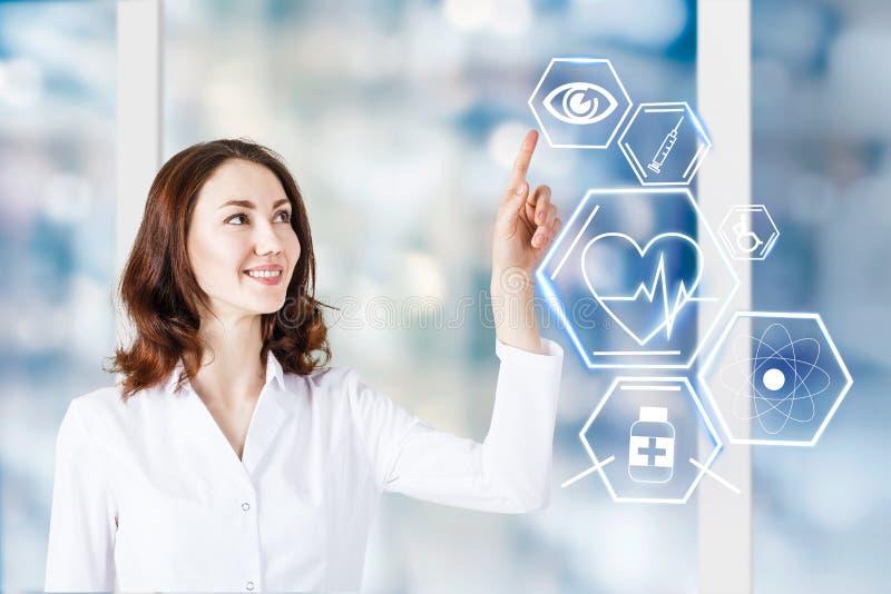 Docteur féminin travaillant avec des icônes de soins de santé photographie stock