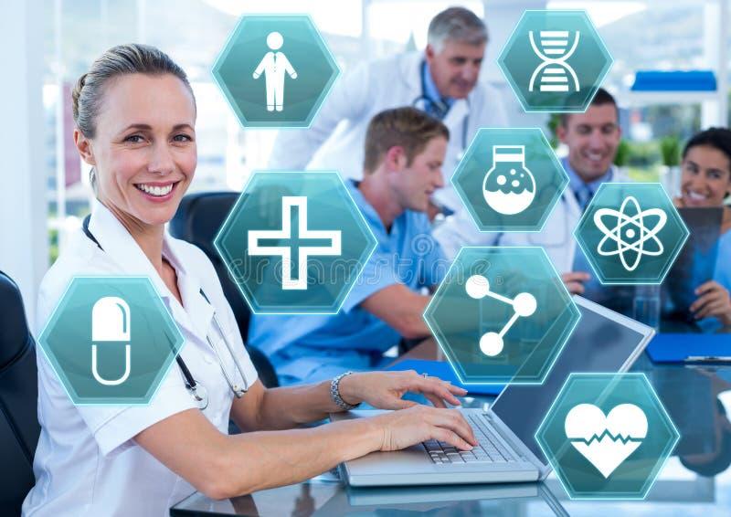 Docteur féminin travaillant sur l'ordinateur portable avec les icônes médicales d'hexagone d'interface photographie stock libre de droits