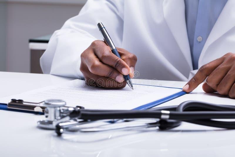 Docteur Filling Form Over le bureau image libre de droits