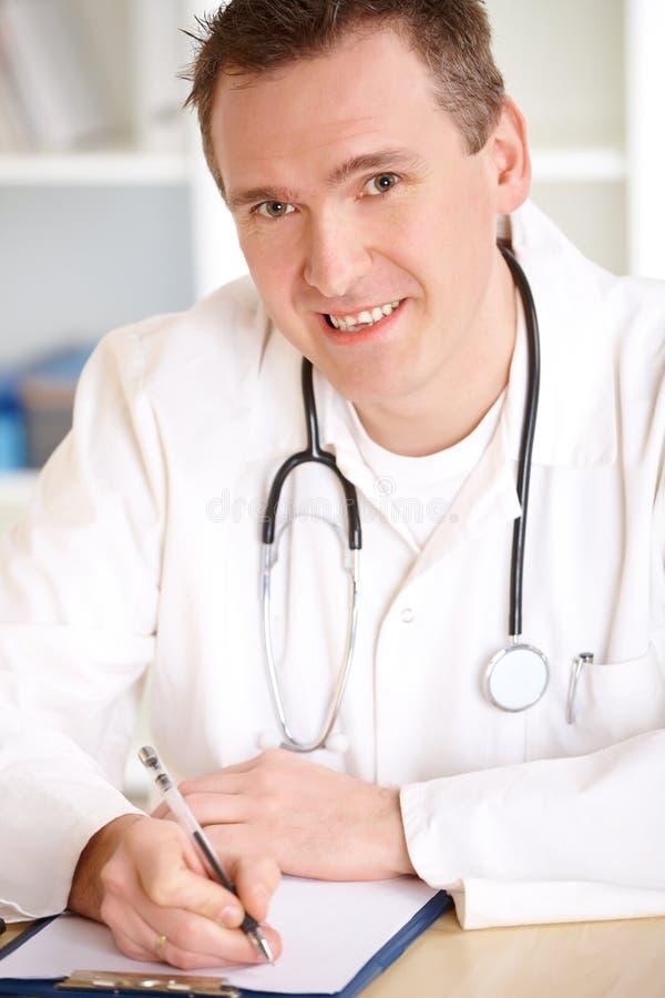Docteur gai dans le bureau photo stock
