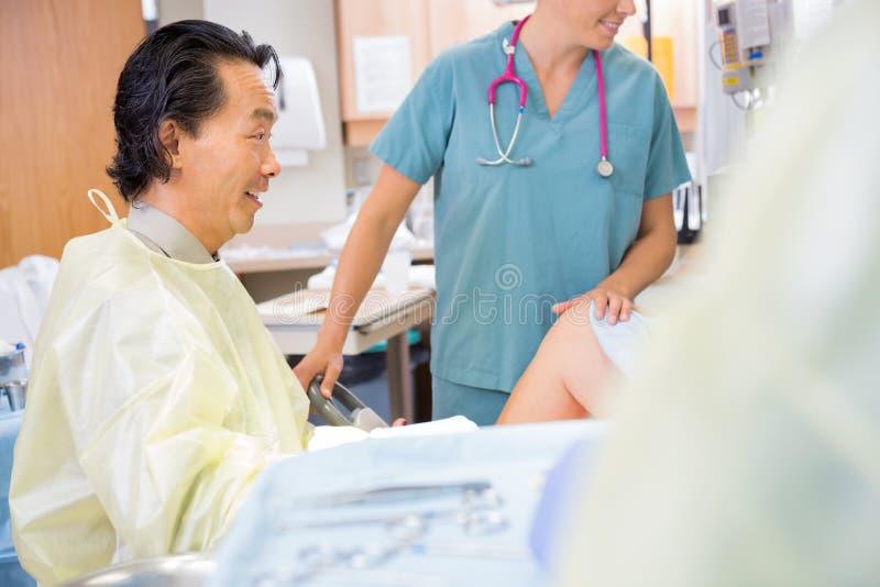 Docteur Giving Good News à la mère d'accouchement images libres de droits