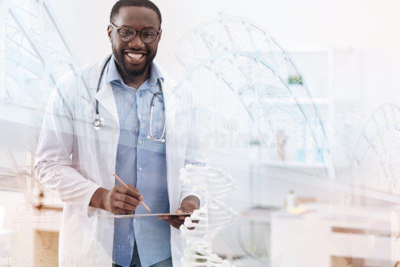 Docteur hearted aimable souriant à vous photo libre de droits