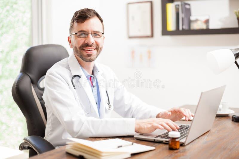 Docteur hispanique amical dans un bureau image stock