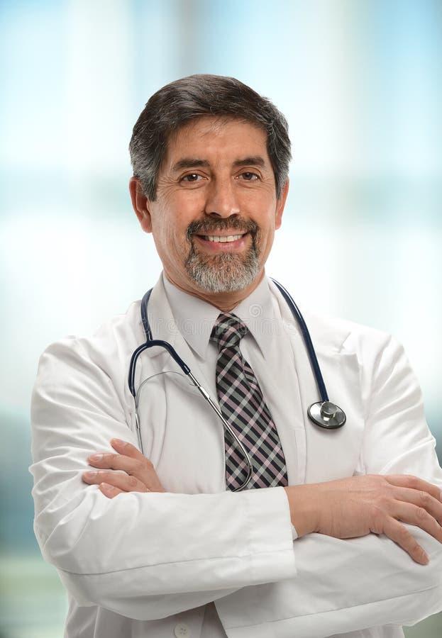 Docteur hispanique mûr photo libre de droits