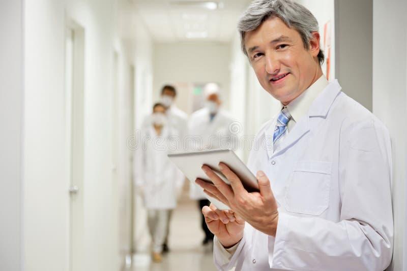 Docteur Holding Digital Tablet image stock