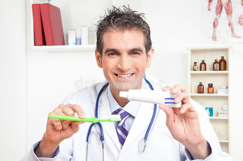 Docteur Holding Tooth Brush et pâte dentifrice photos stock