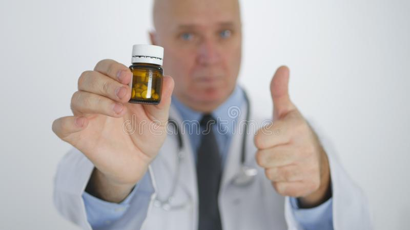 Docteur Image Thumbs Up recommandent le traitement médical sûr avec des pilules de vitamine image stock