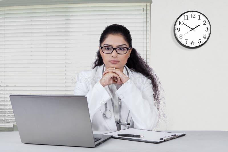 Docteur indien sûr dans le bureau photos stock