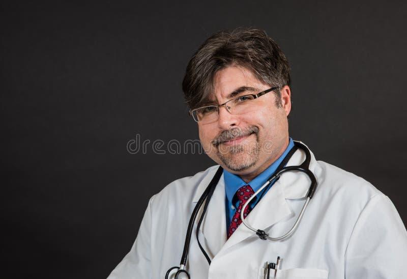 Docteur intéressé mais agréable photos stock