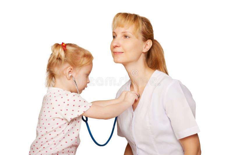 Docteur jouant avec l'enfant. photo stock