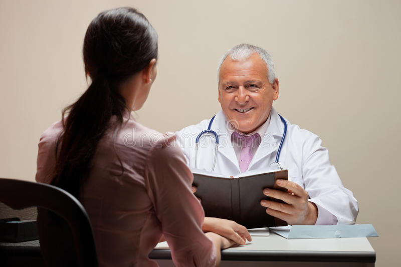 Docteur Looking At Patient photo libre de droits