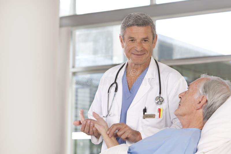 Docteur mâle prenant soin de patient photographie stock libre de droits