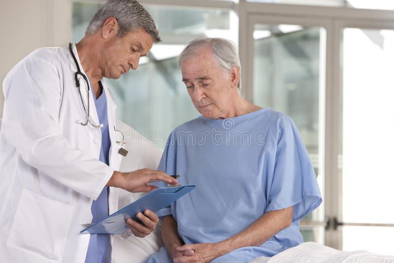 Docteur mâle prenant soin de patient photographie stock