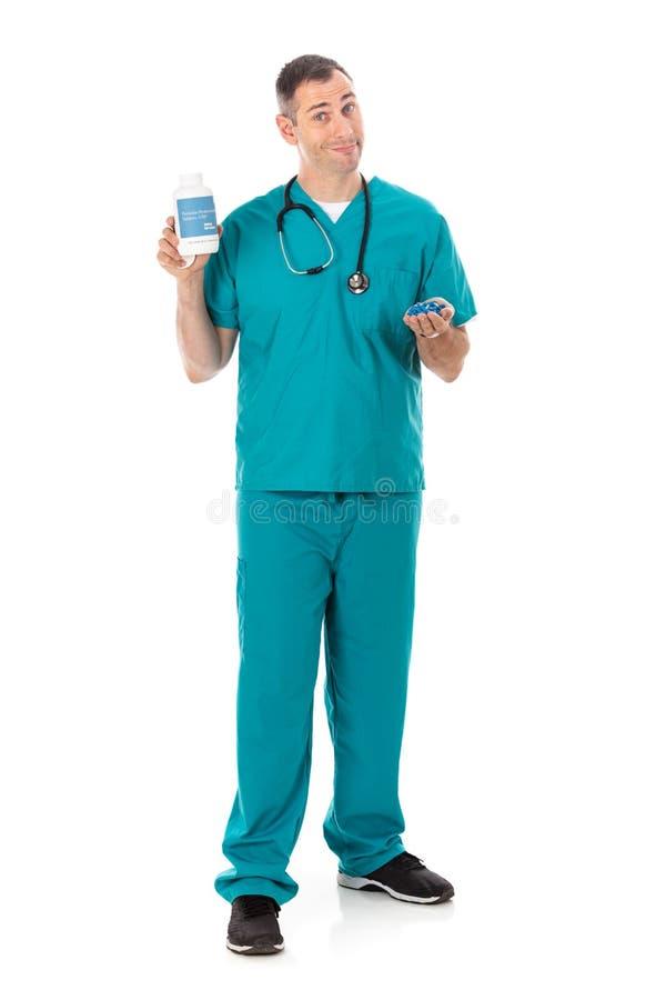 Docteur : Médecine générique de prescription de Holding Bottle Of de médecin images stock