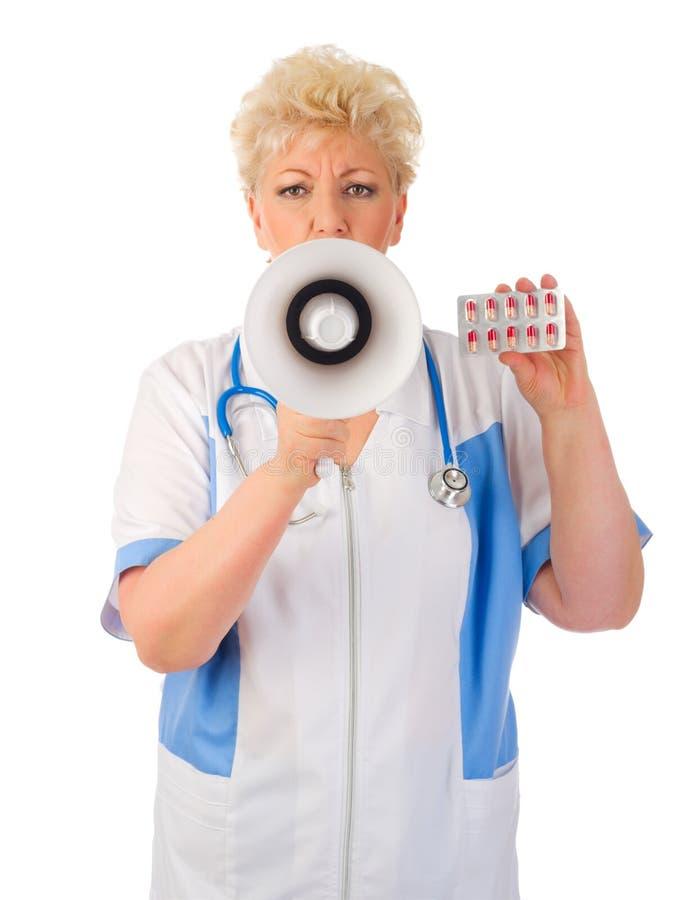 Docteur mûr avec le mégaphone et les pilules image libre de droits